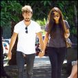 Shia Labeouf se promène avec sa petite amie Karolyn à Los Feliez, en Californie, dimanche 5 juin 2011.