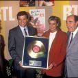 Stéphanie de Monaco reçoit un disque d'or pour son album  Besoin , remis par le ministre de la culture de l'époque, François Léotard.