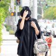 Borsalino, cape légère, bottes à talons... Gwen Stefani est absolument sublime avec son look trendy. Los Angeles, 16 juin 2011