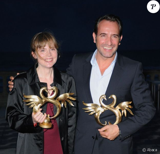C'est l'année de Jean Dujardin ! Après le prix d'interprétation à Cannes, l'acteur a reçu le Swann d'Or du meilleur acteur pour Un balcon sur la mer. Isabelle Carré est, elle la meilleure actrice pour le film Les Émotifs anonymes, au festival de Cabourg 2011.
