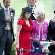 Ascot 2011, jour 5, samedi 18 juin : Sous une rare éclaircie, la princesse Eugenie d'York, 21 ans, fait sensation dans une robe rouge vif.