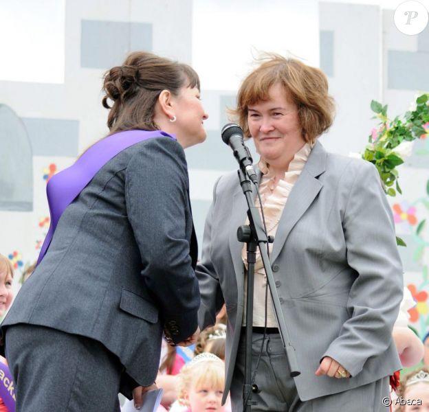 Susan Boyle le 20 juin 2011 à Blackburn avec le maire de la ville