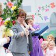 Susan Boyle exulte ce 20 juin 2011 à Blackburn devant une petite princesse