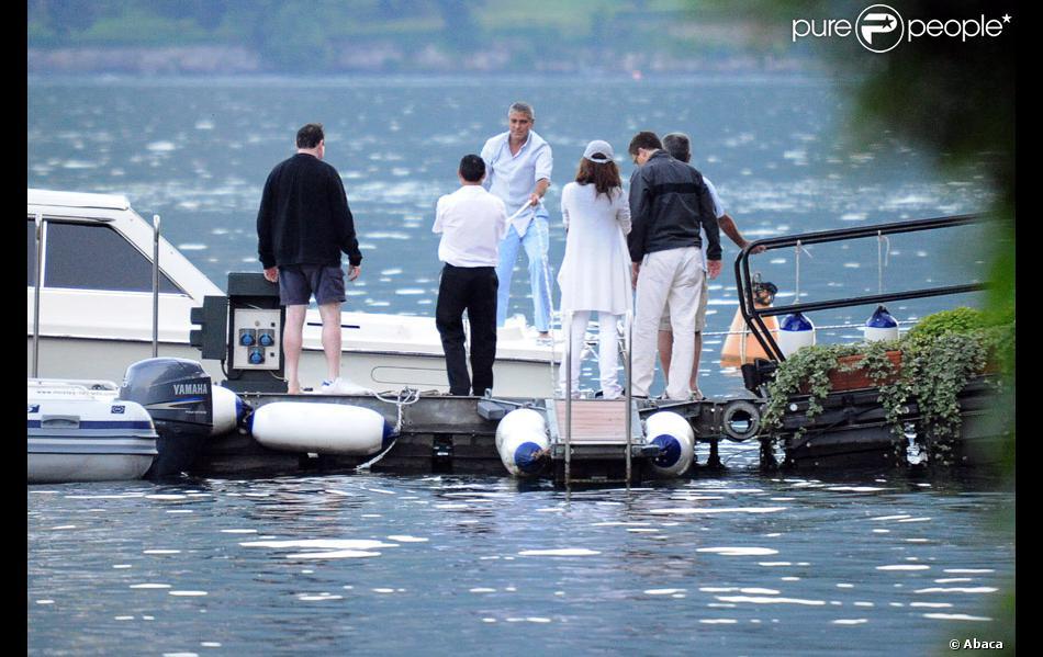 George clooney en juin 2009 avec des amis sur les rives du lac de c me en ita - Maison de georges clooney lac de come ...