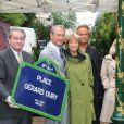 Bertrand Delanoë, avec Danièle Thompson et sa fille Caroline Thompson lors de l'inauguration de la Place Gérard Oury, dans le VIIIe arrondissement de Paris, le 22 juin 2011.