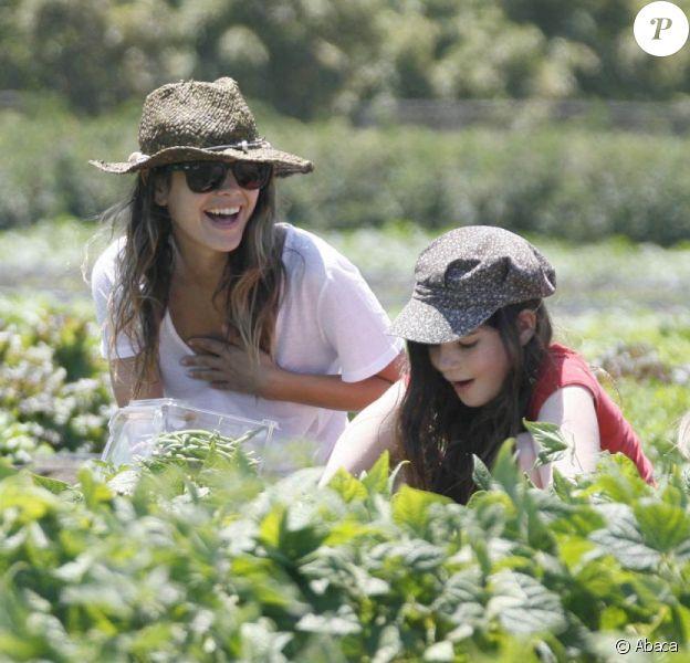 Rachel Bilson et ses deux petites soeurs s'amusent en récoltant des légumes à la ferme. Los Angeles, 26 juin 2011
