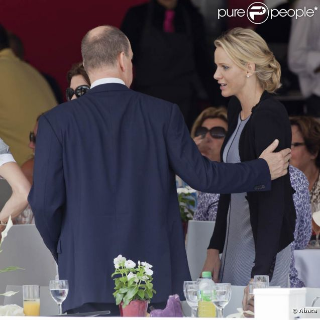 Le prince Albert de Monaco et sa fiancée Charlene Wittstock lors du Jumping international de Monte-Carlo, le 24 juin 2011.