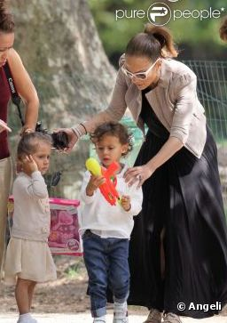 jennifer lopez et ses enfants au parc monceau en juin 2011. Black Bedroom Furniture Sets. Home Design Ideas