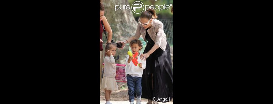 jennifer lopez et ses enfants au parc monceau en juin 2011 purepeople. Black Bedroom Furniture Sets. Home Design Ideas