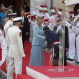 Après être apparus au balcon de la Salle des Glaces, le prince Albert et la princesse Charlene, mari et femme, ont rejoint, avec leur famille, les Monégasques sur la place du Palais princier, le 1er juillet 2011.