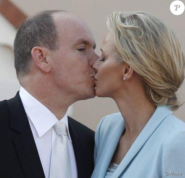 Après la Salle du trône et le balcon, un troisième baiser public, sur la place du Palais Princier, devant la foule ! Après être apparus au balcon de la Salle des Glaces, le prince Albert et la princesse Charlene, mari et femme, ont rejoint, avec leur famille, les Monégasques sur la place du Palais princier, le 1er juillet 2011.