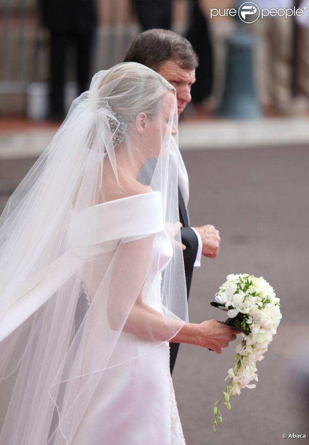Charlène Wittstock a choisi une création Armani pour la cérémonie religieuse l'unissant au prince Albert, à  Monaco, le 2 juillet 2011