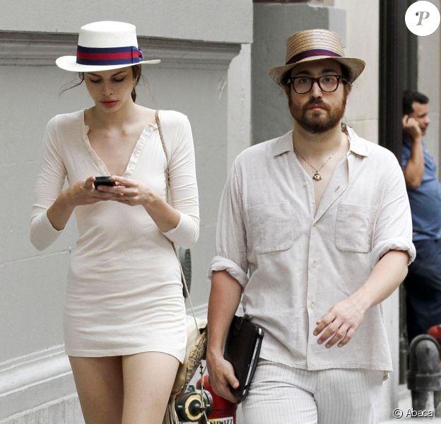 Avec son look de dandy, Sean Lennon donne une vraie leçon de mode à sa petite amie Charlotte Kemp Muhl qui se laisse aller. New York, le 8 juillet 2011