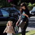 Michelle Monagham avec sa fille Willow dans les rues de Los Angeles, le 24 mai 2011