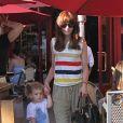 Michelle Monagham fait les boutiques avec sa fille Willow de deux ans et demi. Los Angeles, 22 juin 2011