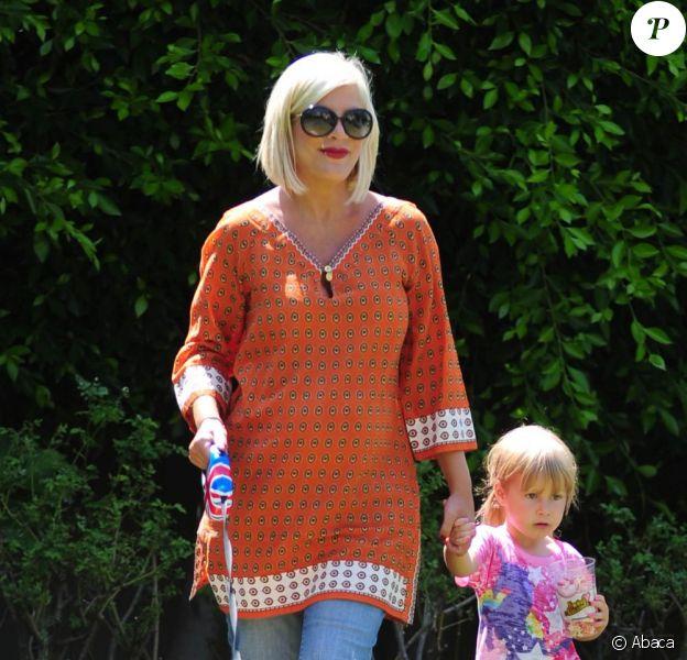Tori Spelling, sa fille et son porc dans leur jardin à Los Angeles le 12 juillet 2011