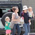 Jennifer Garner va acheter des cookies avec ses filles Violet et Seraphina au magasin Cookies & Books le 12 juillet 2011 à Santa Monica