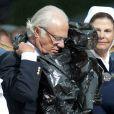 Séquence gag : le roi Carl XVI Gustaf de Suède a dû enfiler un pncho-poubelle lors du concert donné pour l'anniversaire de sa fille Victoria.   La princesse Victoria de Suède fêtait le 14 juillet 2011 osn 34e anniversaire, sous la pluie mais dans la bonne humeur, entourée de son époux le prince Daniel, de ses parents le roi Carl GXVI Gustaf et la reine Silvia, de son frère le prince Carl Philip et de sa soeur la princesse Madeleine.
