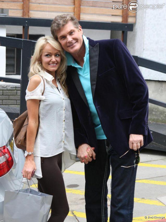 David Hasselhoff et sa nouvelle compagne Hayley Roberts à Londres, le 14 avril 2011.