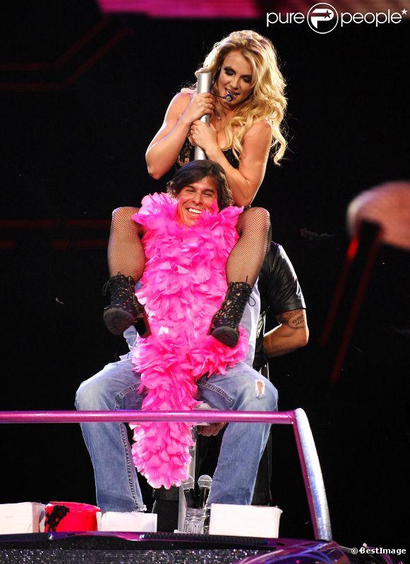 Britney Spears offre un show très sexy à un de ses fans, sur la scène de l'United Center de Chicago, vendredi 8 juillet 2011.
