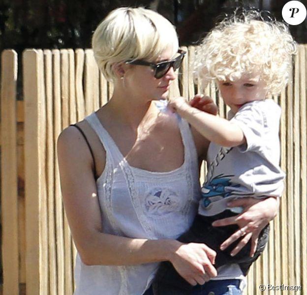 Photos exclusives : Ashlee Simpson accompagne et récupère son fils à l'école le 12 juillet 2011.