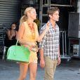Blake Lively et Chace Crawford sur le tournage de Gossip Girl à Venice Beach, Los Angeles, le 4 août 2011. Lors de la scène, le couple sombre dans l'illégalité en allant acheter du cannabis !