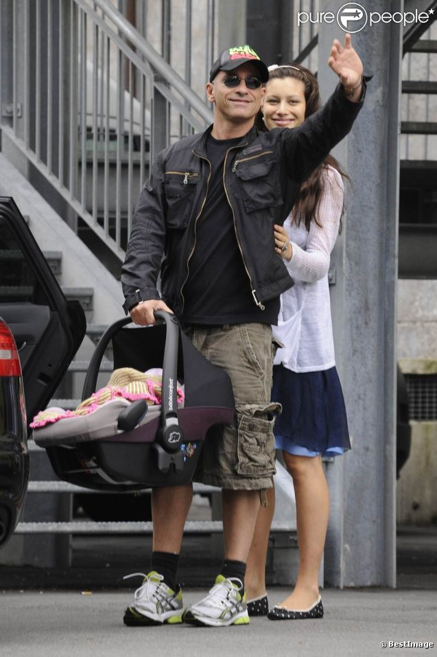 Première rencontre avec les fans et les paparazzi pour Raffaela...   Eros Ramazzotti et sa compagne Marica Pellegrinelli le 5 août 2011 à la sortie de l'hôpital de Clusone, en Lombardie, avec leur bébé né quelques heures auparavant, Raffaela.