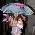 Suri Cruise sous un parapluie Barbie s'apprête à prendre l'hélicoptère, à New York, le 9 août 2011.