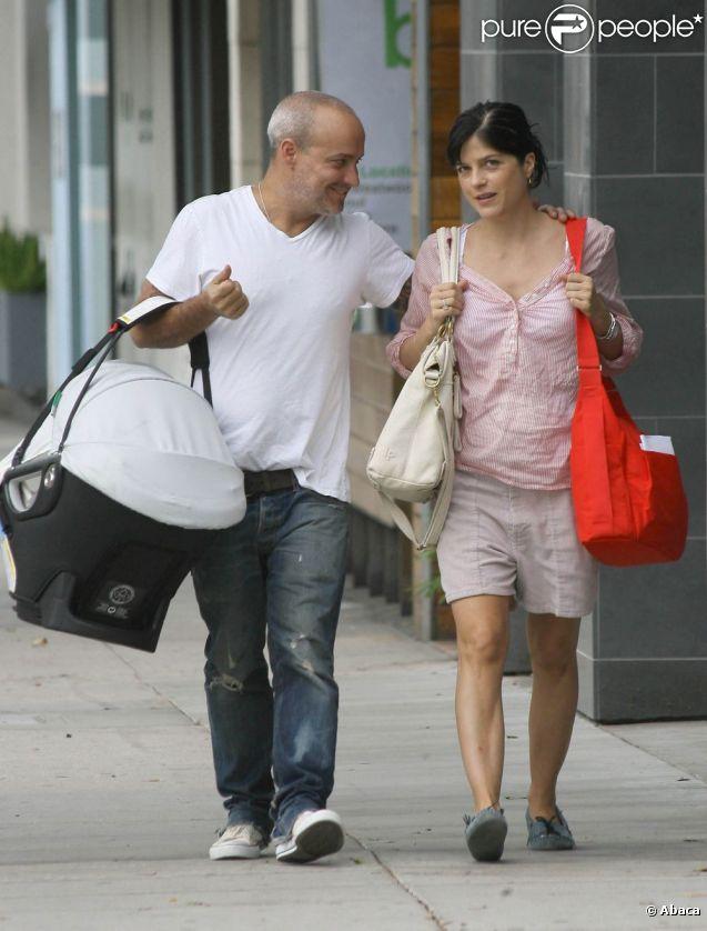 Selma Blair et Jason Bleick à Los Angeles avec leur fils Arthur, le 10 août 2011