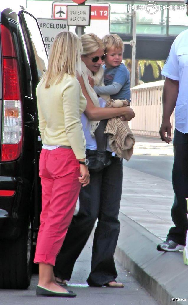 Gwyneth et ses enfants en septembre 2009.   Gwyneth Paltrow et Chris Martin, mariés depuis 2003, échappent désespérément aux photographes. Les voir avec leurs enfants Apple et Moses est un vrai événement...