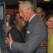 Le prince Charles, Camilla et Harry distribuent les hugs et le réconfort