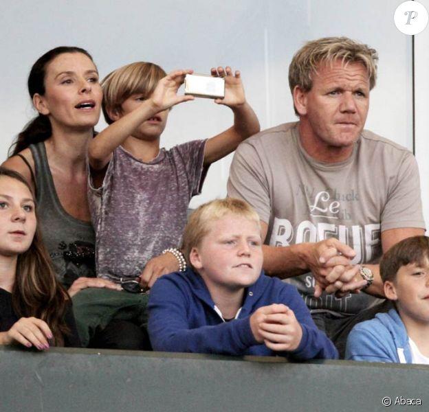 Gordon Ramsay, lors d'un match des L.A Galaxy, surveille les enfants de David Beckham, qui s'amusent beaucoup avec les siens. 20 août 2011