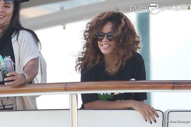 Rihanna, installée sur un yacht luxueux, arrive à Saint-Tropez. 22 août 2011