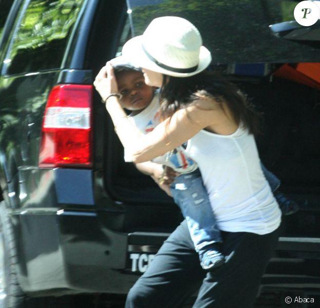 Sandra Bullock se précipite dans une limousine avec son fils adoptif Louis. Los Angeles, 3 août 2011