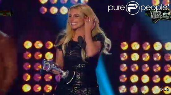 Britney Spears reçoit le prix de la Best Pop Video pour  Till the worlds ends .