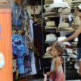 Séance shopping pour Halle Berry et Nahla à Majorque le 12 septembre 2011