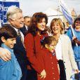 Ted Kennedy à Boston, entouré de sa famille, lors d'une campagne électorale pour sa réélection au siège de sénateur