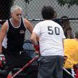 Tim Robbins dans les rues de New York, joue au hocey avec des jeunes, le 24 septembre 2011