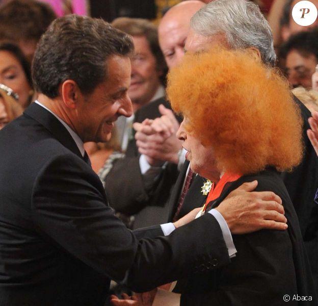 Nicolas Sarkozy décore onze personnalités intellectuelles et du monde du spectacle, ici Yvette Horner, à l'Élysée, le 28 septembre 2011.