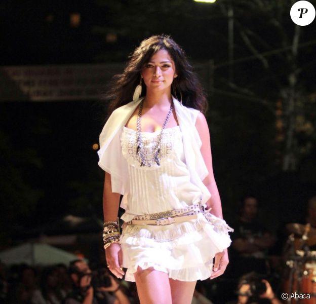 Camila Alves défile pour la Amauri Fashion Street à Sao Paulo le 1er octobre 2011