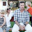Tori Spelling et son mari Dean McDermott avec leurs enfants Liam et Stella à Malibu en août 2011
