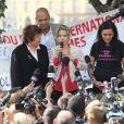Tristane Banon entourée de Fadila Mehal, présidente de l'association Les Mariannes de la Diversité, et Olivia Cattan, présidente de l'association Paroles de Femmes, lors d'un rassemblement place du châtelet, à Paris, le 24 septembre 2011.