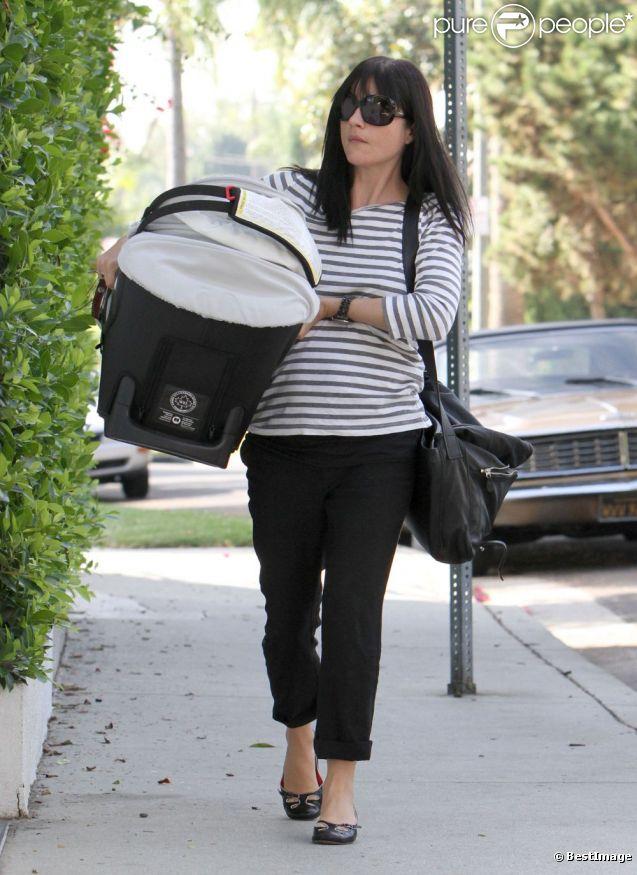 Selma Blair et son Arthur rentrent à leur domicile, à Los Angeles. Le 14 octobre 2011