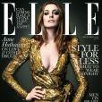 Anne Hathaway, rayonnante dans une robe Balmain, faisait la Une du magazine ELLE UK, justifiant ainsi son statut d'icône mode. Décembre 2010.
