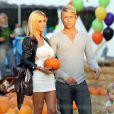 Shauna Sand et son jeune boyfriend très naturels le 21 octobre 2011 chez Mr Bones Pumpkin Patch à Los Angeles
