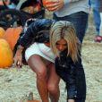 Shauna Sand et le difficile choix de la citrouille le 21 octobre 2011 chez Mr Bones Pumpkin Patch à Los Angeles