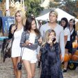 Shauna Sand, avec ses filles et son très jeune boyfriend le 21 octobre 2011 chez Mr Bones Pumpkin Patch à Los Angeles
