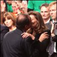 François Hollande, officiellement investi candidat de la gauche à la présidentielle, embrasse sa compagne Valérie Trierweiler avec son discours, à Paris, le 22 octobre 2011.