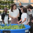 La princesse Mary visite le Greenhouse Project (des potagers sur les toits des écoles de New York) dans une école de Manhattan, le 24 octobre 2011, en présence du chef danois du Noma Rene Redzepi.