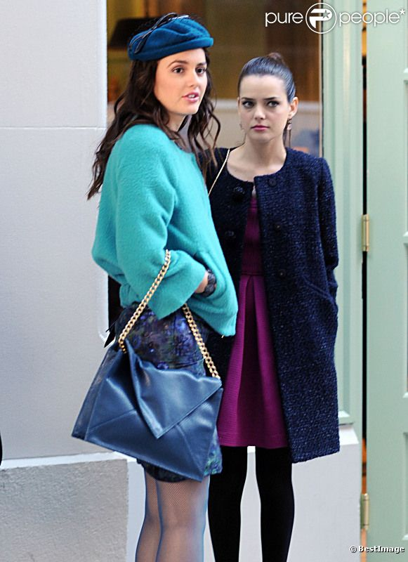Leighton Meester et Roxane Mesquida sur le tournage de Gossip Girl dans l'Upper East Side à New York le 25 octobre 2011